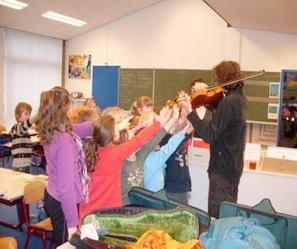 Foto: Muziekles in een groep met Wilco de Bruijn